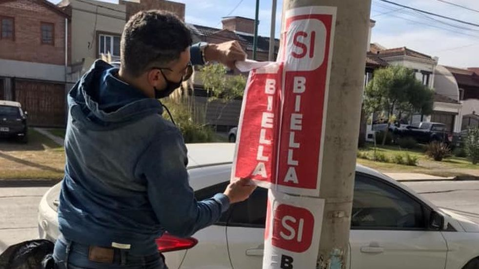 Cansados de la suciedad vecinos de un barrio salteño arrancaron carteles políticos