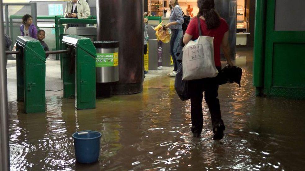 Trenes y subtes limitados y calles anegadas por el temporal en Buenos Aires